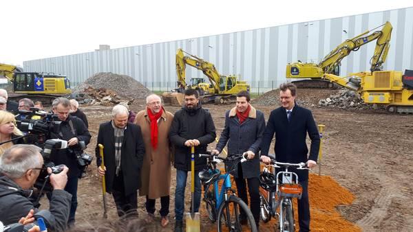 Thomas Eiskirch und Hendrik Wüst stehen mit dem Fahrrad bereit.